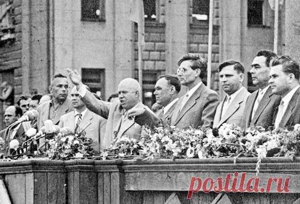 В советские времена к партийным лидерам отношение было особенным. На официальных встречах трудящиеся массы обычно аплодировали стоя, кричали «ура», а на кухне под водку-селедку перемывали им косточки до зеркального блеска. За 74 года существования советской власти нашим государством управляли только 8 «отцов нации». Судя по воспоминаниям современников, самым униженным лидером был наиболее эксцентричный из всех руководителей Советского Союза - Никита Хрущев.