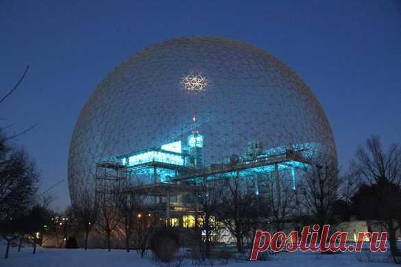 МОНРЕАЛЬ, КВЕБЕК - Биосфера Монреаля В качестве своего вклада в экспозицию Всемирной выставки 1967 года в Монреале правительство Соединенных Штатов поручило архитектору, ученому и известному гению Бакминстеру Фуллеру спроектировать павильон для канадской выставки.