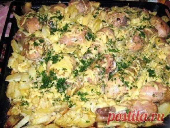 Слоеная картошка с курицей — это так вкусно, что на миг забудешь обо всем    Готовлю на особенные случаи!          Ингредиенты: Куриное мясо (можно свинину)Картофель — 20 шт.Лук — 3-4 шт.Майонез — 2 упаковкиСыр — 400 гЗеленьСольСпеции Приготовление:  Если вы готовите со св…
