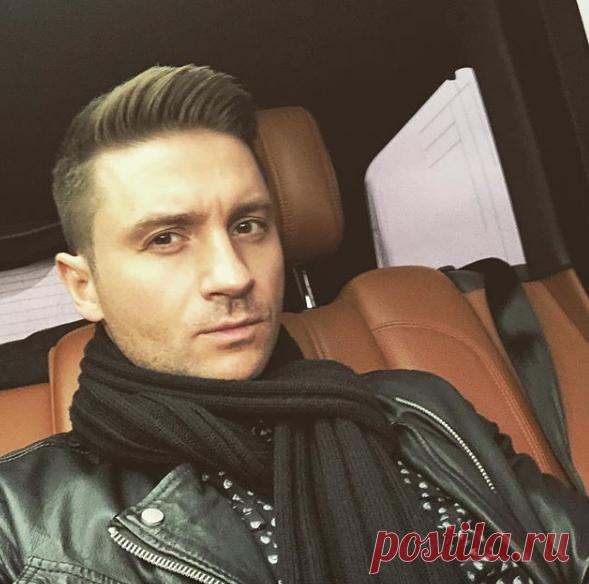 Сергей Лазарев очень похож на маму: фанаты обсуждают новое семейное фото артиста