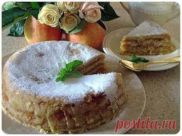 La torta de manzana amontonada.