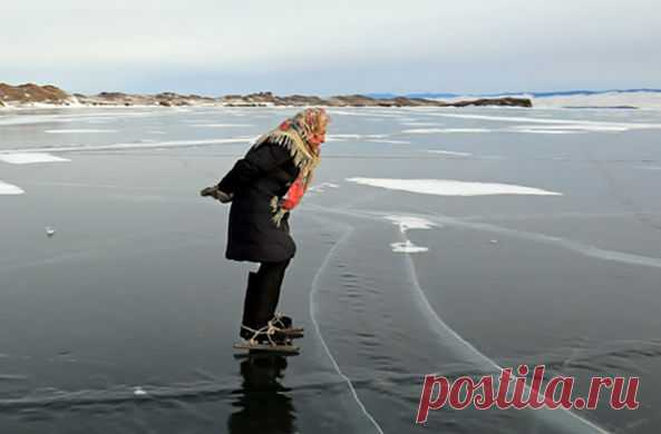 Бабушка из Иркутской области прославилась на всю страну, когда в Сети умопомрачительный появился видеоролик, в котором пенсионерка катается на льду в привязанных к валенкам коньках