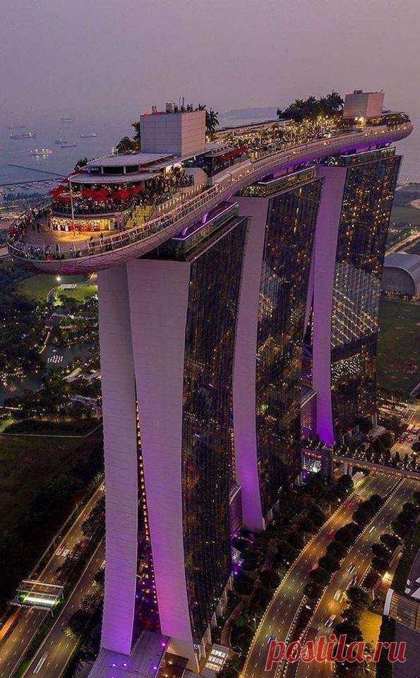Построено за счет налогов от туризма и инвестиций.  Марина Бэй Сэндс, Сингапур