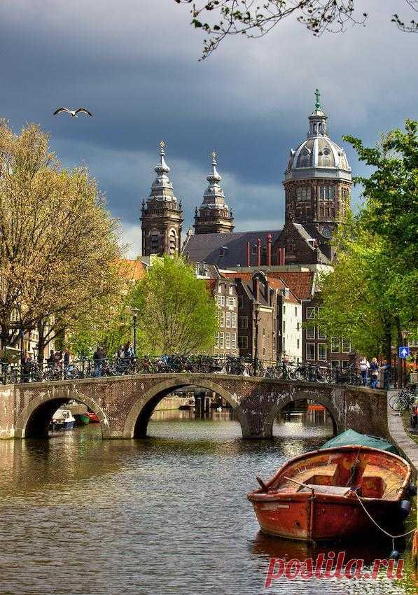 Прогулки по каналам Амстердама. Церковь Святого Николая. Здание является крупнейшим католическим храмом Амстердама, Нидерланды