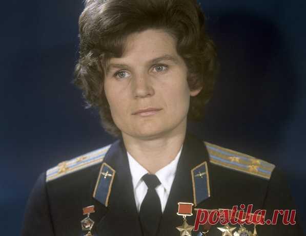 Уровень заработных плат в СССР всегда был не в пользу женщин. По показателям 1984 года в среднем по стране мужчины зарабатывали на 35% больше, чем их коллеги женского пола. Причем с возрастом разница только увеличивалась. Пока советские гражданки рожали и воспитывали детей, мужчины гордо шагали по карьерной лестнице и добивались новых должностей.