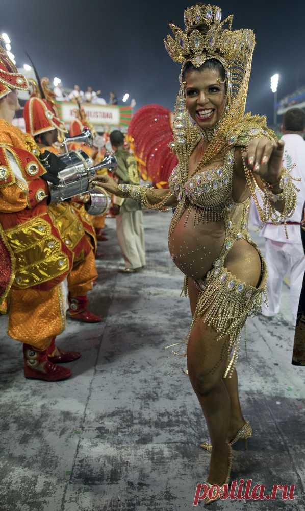 Беременная танцовщица на бразильском карнавале 2013