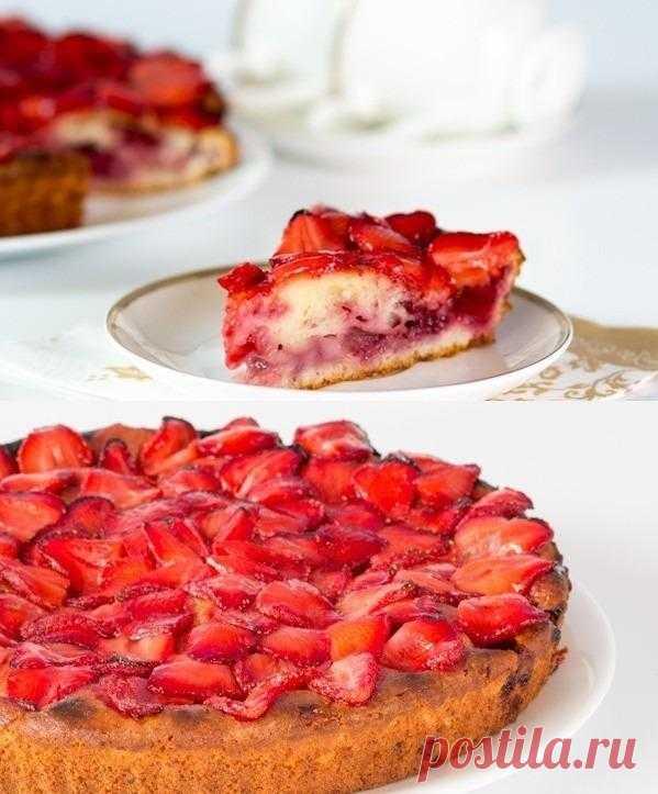 Пирог творожный с клубникой.