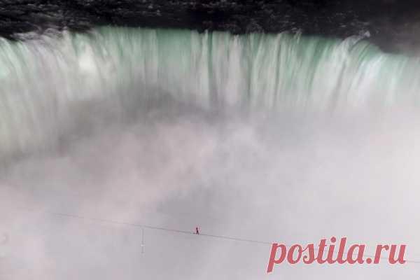 Знаменитый американский канатоходец Ник Валленда прошел над Ниагарским водопадом по тросу, натянутому на высоте более 50 метров. Один конец троса был закреплен на территории США, другой в Канаде. Мужчина преодолел путь над бушующими водами длиной в 550 метров за почти полчаса. Власти двух стран разрешили нарушить запрет, существующий на проведение подобных трюков над Ниагарским водопадом, для потомственного канатаходца, который шесть раз попадал в Книгу рекордов Гиннесса.
