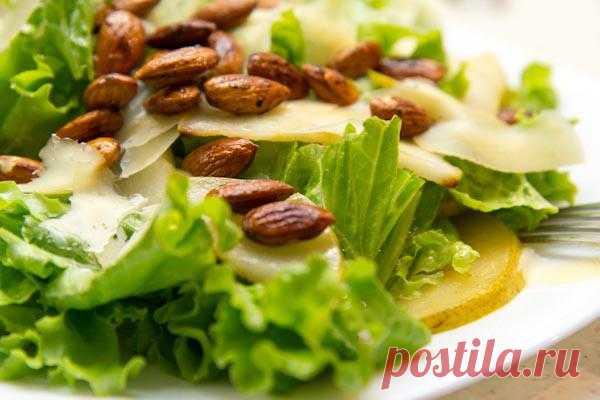 Салат с жареными грушами и миндалем