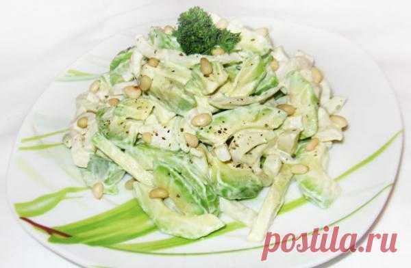 Аппетитный салат из кальмаров и авокадо