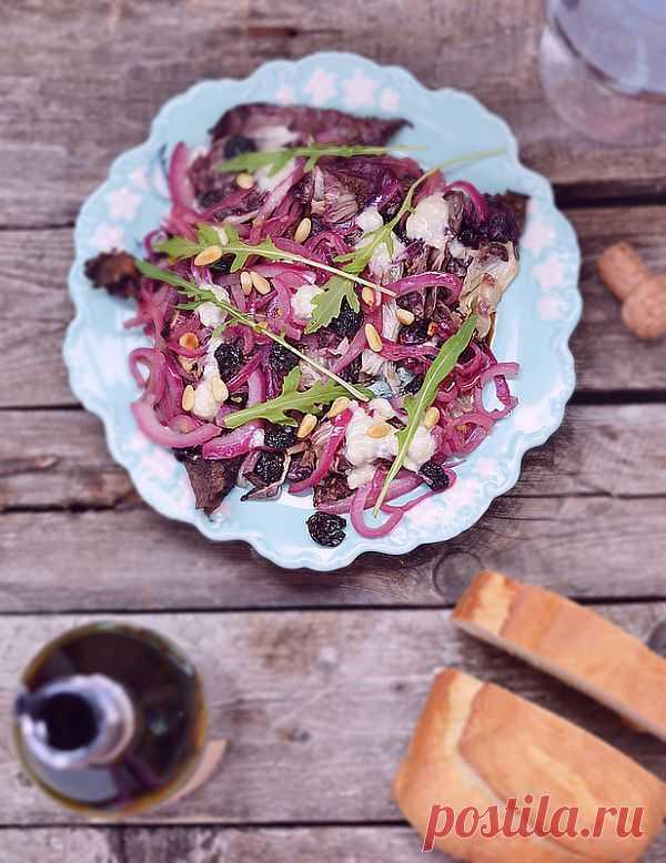 Салат с радиккио (разновидность цикория обыкновенного) и горгонзолом (один из наиболее известных итальянских сыров, отличающийся характерным островатым вкусом)!