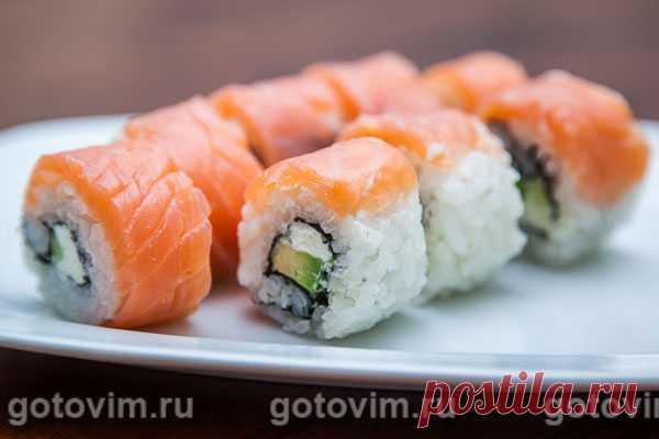 Суши «Филадельфия» с копченым лососем и авокадо. Рецепт с фото Готовить суши «Филадельфия» с копченым лососем и авокадо настоящее удовольствие. В первый раз, возможно, придется повозиться, чтобы суши получились аккуратными и на срезе, и сверху, но потом, если вам захочется устроить ужин с японским фаст фудом, к которому суши и относятся, то вы это сделаете молниеносно.