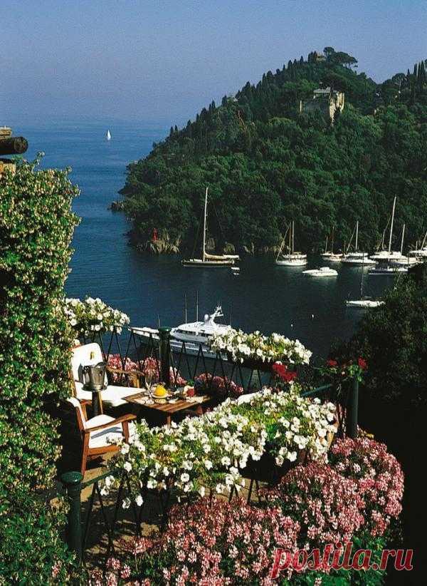 Побывав здесь, Мопассан писал: «Никогда еще я не испытывал ощущения, подобное тому, когда я увидел этот зеленый залив в царстве гармонии и покоя, так контрастирующем со всеми суетными беспокойствами нашей жизни». Портофино, Италия