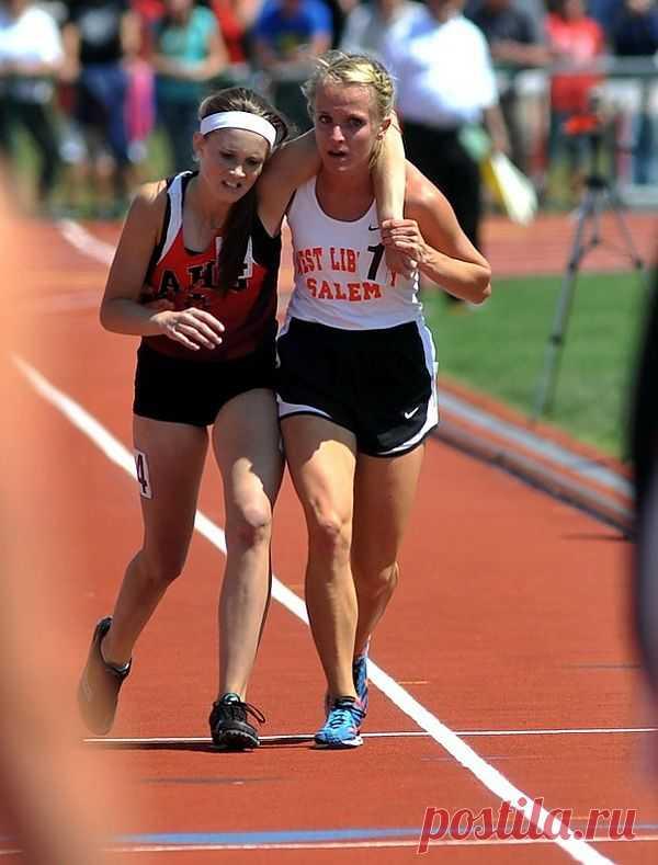 Достойная соперница: спортсменка помогает своей подвернувшей ногу сопернице пересечь финишную линию.
