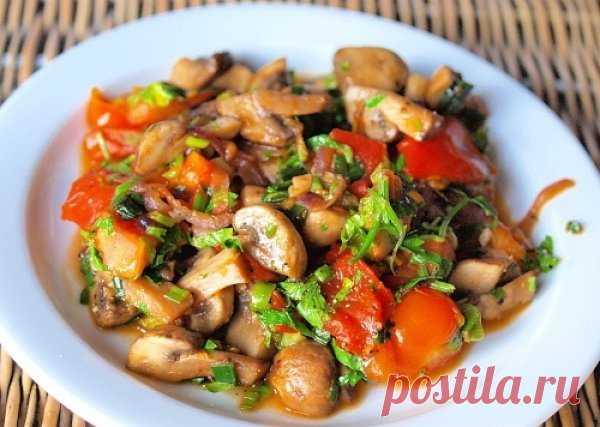 Теплый салат с грибами и помидорами на ужин    Ингредиенты:  200 г помидоров черри; 400 г грибов; 1 красная луковица; 1 пучок зеленого лука; 2 ст. л. оливкового масла; 2 ст. л. рубленой петрушки; Лимонный сок и цедра по вкусу; Соль по вкусу; Черный перец по вкусу...