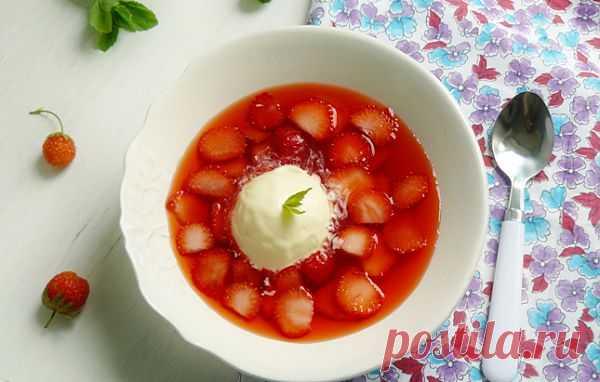 Клубничный суп с мороженым из сыра!