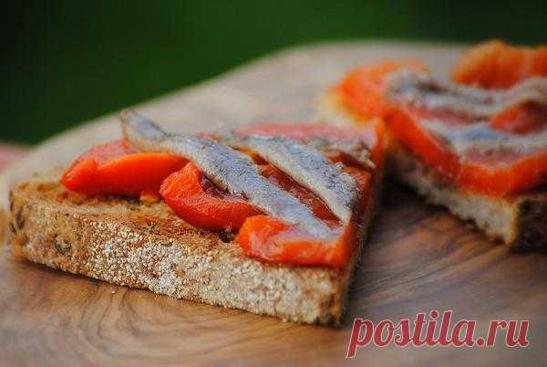 Брускетта (итал. bruschetta или реже bruschetto от bruscare — запекать на углях (в романском диалекте)) — традиционное центрально-итальянское простонародное блюдо (имеющее аналоги и в других регионах), в наше время — закуска-«антипасто» перед основными переменами блюд для «поднятия аппетита». Отличительная особенность брускетты от бутерброда или тоста в том, что ломтики хлеба предварительно обсушивают до прожаривания (на гриле, решётке или на сковороде без масла). Идеально для приготовления брус
