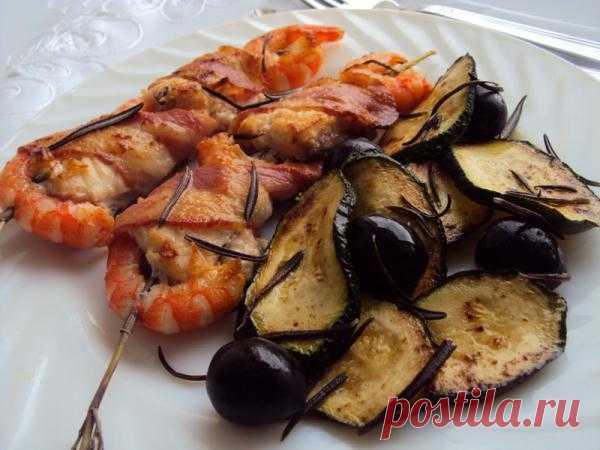 На пикник: что приготовить? Шашлычки с рыбой и креветками на розмариновых шпажках.