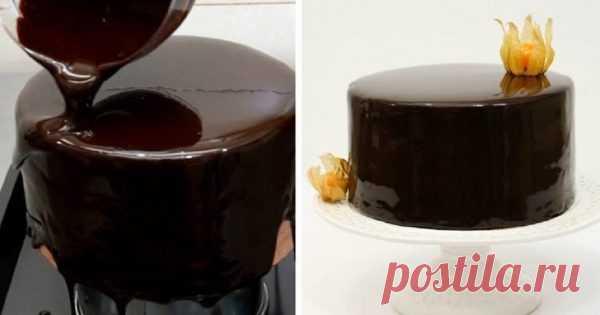 Когда пеку торт, покрываю его зеркальной глазурью по этому рецепту! Блеск… Готовила эту глазурь впервые и очень волновалась: так хотелось, чтобы получилось… В зеркальном глазурированном покрытии можно увидеть свое отражение — такой десерт всегда будет вызывать восторг за праздничным столом!  Этот рецепт оправдал мои надежды, покрытие для торта вышло на редкость удачным.