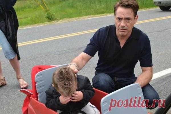 """Роберт Дауни-младший оправдывается перед маленьким мальчиком, почему он не в костюме """"Железного человека"""". Это он еще про Санту не знает!"""
