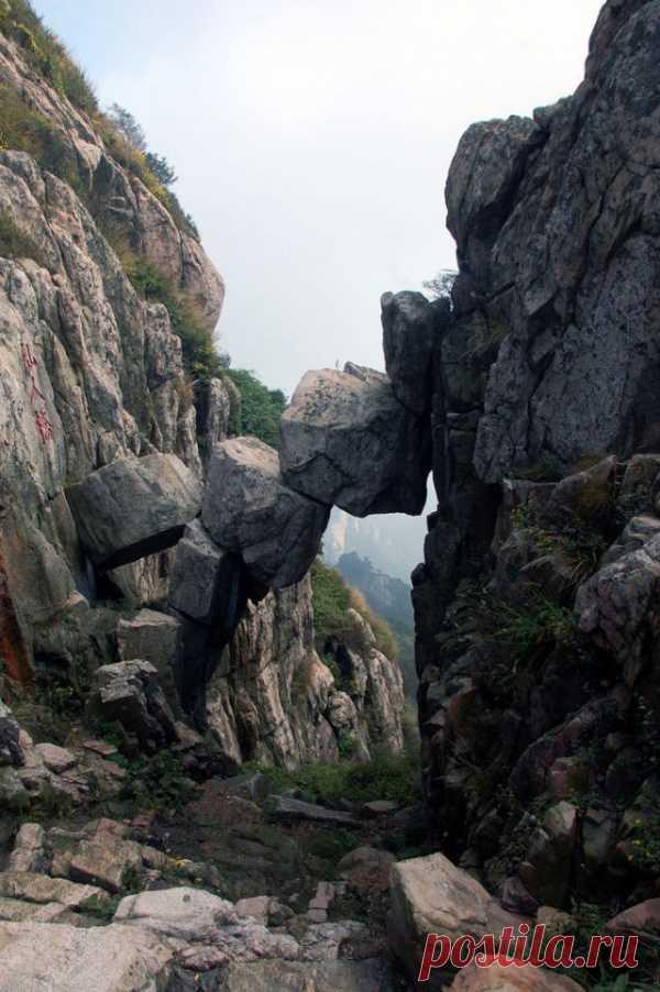 Мост сотворённый камнепадом в горах Таи, Китай