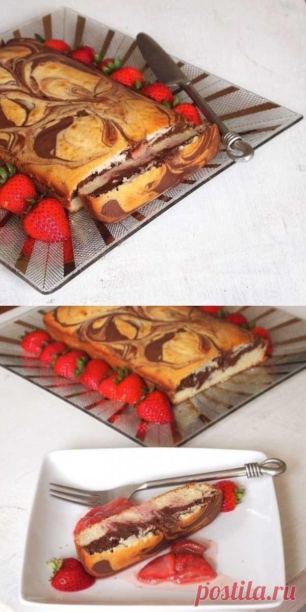 Воздушный мраморный пирог с клубничным соусом (для получения рецепта нажмите на картинку)