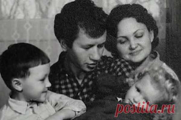Леонид Быков с женой и детьми