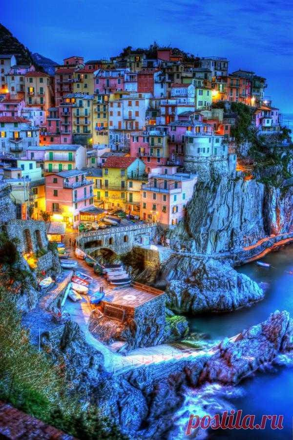 Небольшой рыбацкий городок в  Лигурии, расположенный на скале, нависающей над дикой береговой линией Лигурийского моря по праву можно назвать городом - красавцем. Манарола, Италия
