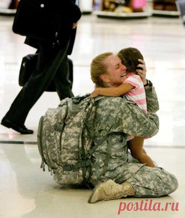 Долгожданная встреча матери и дочки после службы в Ираке
