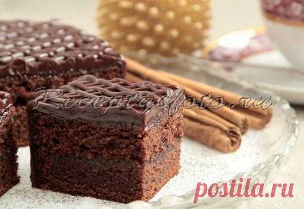 Шоколадный пирог с повидлом.