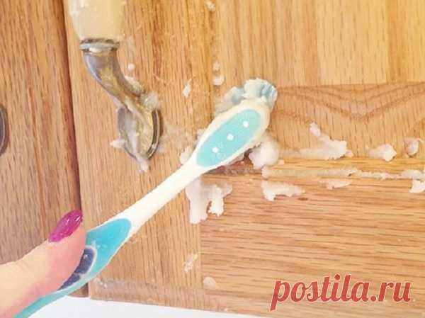 Очищаем Кухонную мебель от жира и грязи Для того, чтобы удалить с кухонной мебели налёт жира с грязью не обязательно покупать дорогостоящие моющие и чистящие средства. Достаточно будет смешать простую пищевую соду с небольшим количеством растительного масла, вооружиться щеткой и хорошенько «пройтись» ей по всем поверхностям.Результат работы заметен сразу: сравните дверцу кухонного шкафчика, которую мы обрабатываем смесью и дверцу слева.Источник: (По материалам)
