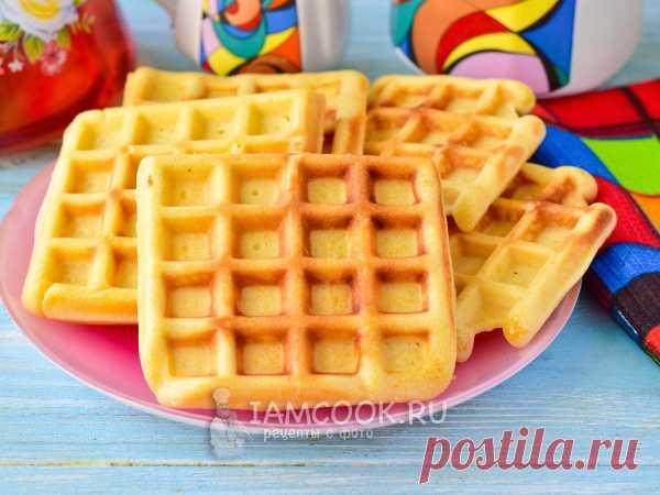 Венские вафли без молока — рецепт с фото В большой миске соединяем яйца и сахар, а затем вливаем растопленное масло и добавляем сыпучие продукты. Все перемешиваем и выпекаем вафли.