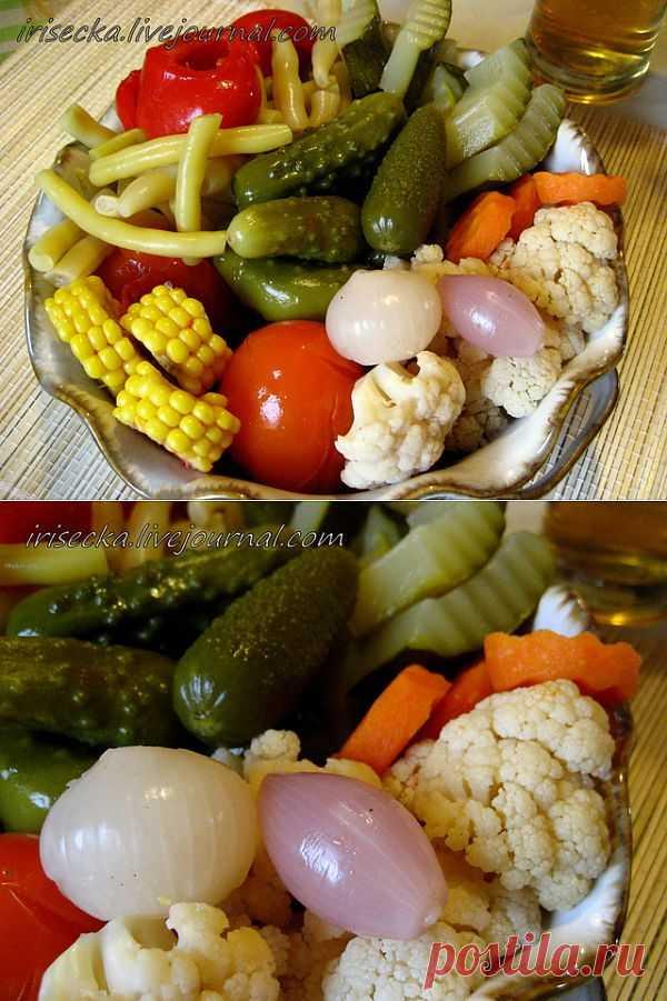 Пикули - овощное ассорти, маринованное в уксусе с пряностями.