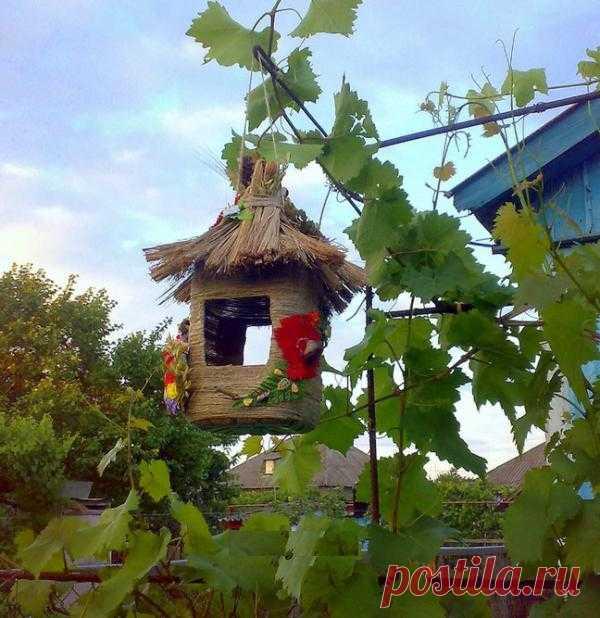 Просто и красиво – очаровательная птичья кормушка на дачу из подручных средств