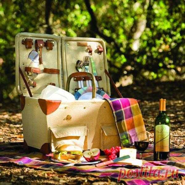 Корзина для пикника - чего там только нет: даже бокалы для вина! $145 USD