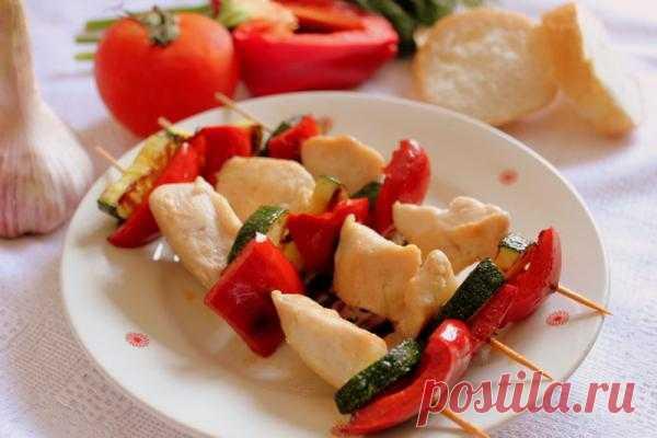 На пикник с ребенком: что приготовить? Шашлык из курицы с овощами на шпажках.
