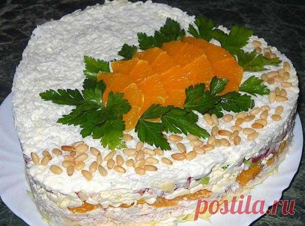 Слоеный салат с курицей, апельсинами и плавленым сыром.