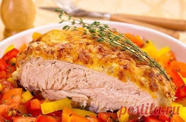 Куриная грудка под сметанно-чесночным соусом.