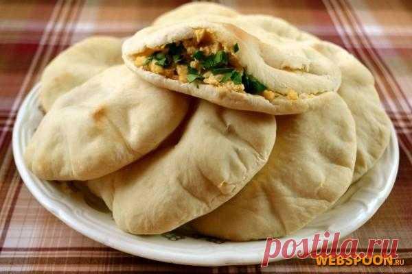 Пита — знаменитая пресная лепёшка из стран Ближнего Востока. Такое же название имеет и греческая лепёшка, но она плоская, в то время как арабская пита надута как шарик, пустотелая внутри, при разрезании образует кармашек, в который удобно положить самую разнообразную начинку. Традиционно питу подают с хумусом, фалафелем и др., а европейцы приспосабливают для разнообразных закусок с салатами, паштетами, мясом и рыбой.