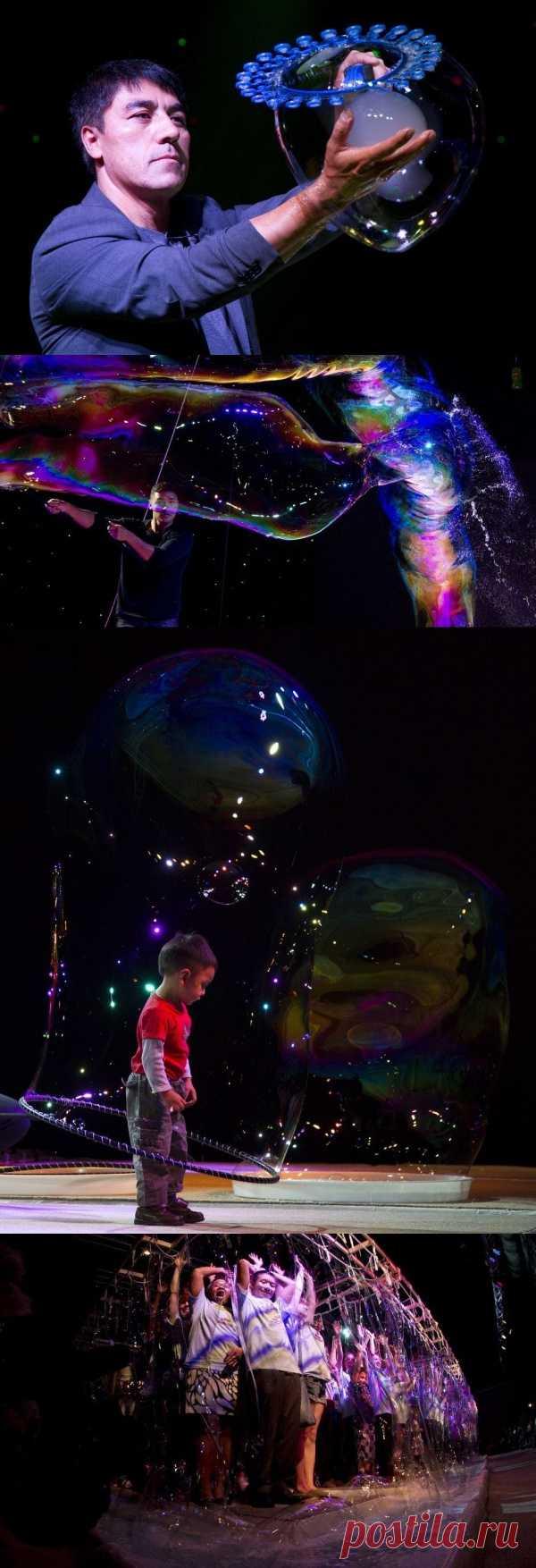 Канадский мастер по мыльным пузырям (оказывается, есть и такая профессия) Фэн Янь установил новый мировой рекорд, «завернув» 181 человека в огромный мыльный пузырь во время представления в Ванкувере. Прошлый мировой рекорд – 125 человек в пузыре. Перед выступлением Фэн Янь попросил участников: «Во время шоу вам захочется ткнуть пальцем в мыльный пузырь вокруг вас. Подавите в себе это желание» ))