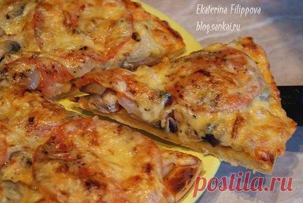 Пицца домашняя с куриной начинкой.