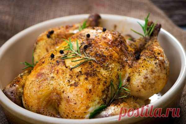 Как запечь курицу, чтобы она не пересохла      Сложно придумать более экономичное и при этом несложное в приготовлении блюдо, подходящее для любого стола, чем запеченная курица. Птицу всего лишь надо приправить любимыми специями и отправить в…
