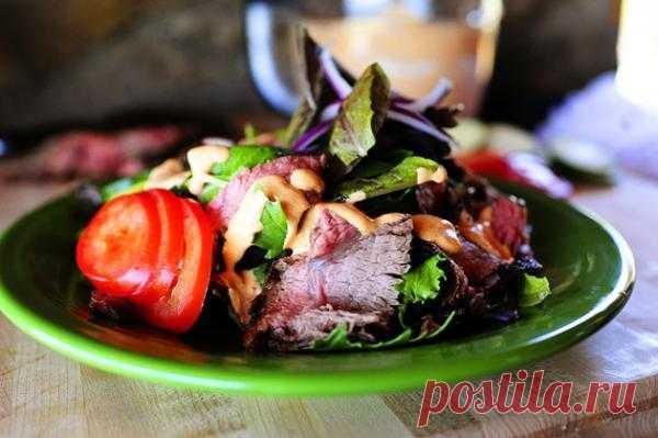 Салат из мяса на гриле (дачный вариант)  Лето - это поездки на дачу и на пикник. Ароматное мясо, приготовленное на открытом огне, овощи, зелень прямо с грядки, речка и свежий воздух. Красота! Сочный салат из мяса на гриле со спелыми помидорками, хрустящими огурчиками и пряным лучком в такой обстановке обречен на успех, словом, хит сезона.