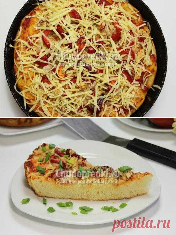 Пицца с курицей, сыром и овощами.