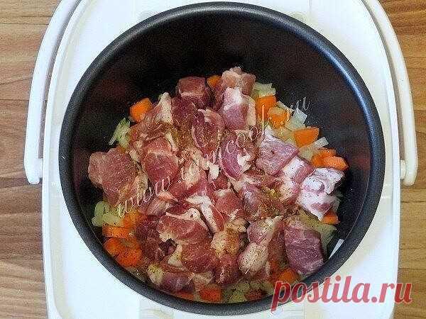 Жаркое в мультиварке  Ингредиенты:  Свинина безкостная - 900 грамм; Лук - 1-2 головки; Картофель - 6-9 штук; Морковь - 1 штука; Перец болгарский - 1 штука; Соль и специи - по вкусу; Растительное масло - 2 ст. ложки; Томатная паста - по желанию 1-2 ст. ложки.  Приготовление:  Жаркое - это сытное, вкусное, простое и очень домашнее блюдо, которое замечательно получается в мультиварке. Мультиварка позволяет готовиться этому блюду в собственном соку либо на режиме