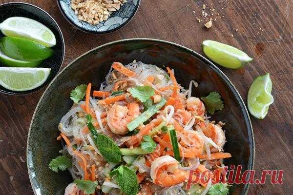 Летний салат с креветками Азиатская кухня идеально подходит для жаркого лета. Сбалансированные ингредиенты, обилие овощей, цитрусовая заправка. Салат с креветками в азиатском стиле с пряными креветками, рисовой лапшой и имбирем вам обязательно понравится. Он сытный, легкий, оригинальный и, что немаловажно, низкокалорийный.