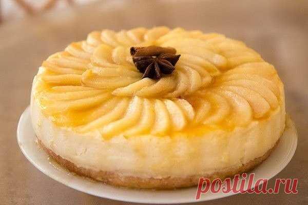 La torta sabrosa y fácil grushevo-acaramelada.