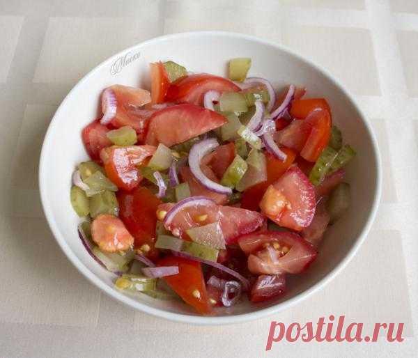 Салат с помидорами, солеными огурцами и луком