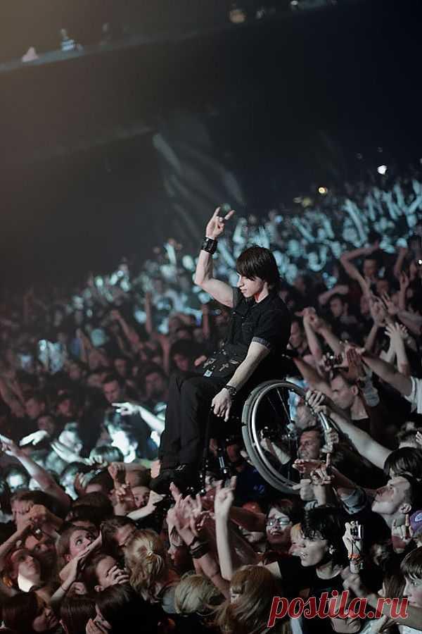 Музыка свет: во время московского концерта группы KoЯn зрители неожиданно подняли вверх инвалидную коляску с молодым человеком и поднесли ее поближе к сцене, чтобы тот смог лучше разглядеть своих кумиров.