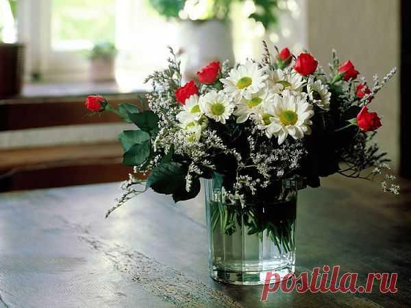 Букет из хризантем и кустовых роз   Кустовые розы – чудесные садовые цветы, они великолепно смотрятся не только на приусадебном участке и украшают собой природный ландшафт, но и отлично выглядят в сборных букетах. Примером одной такой простой в исполнении и невероятно эффектной композиции спешу поделиться с вами.   Для создания этого милого живописного букета нам понадобятся кустовые розы (я взяла красные, но можно выбрать и любой другой оттенок), ромашковые хризантемы белого цвета и нескол